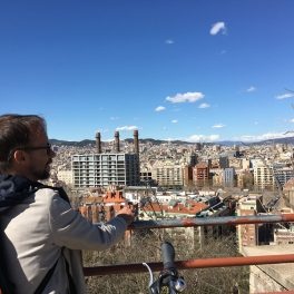 Tour guide Matthias in front of the Barcelona cityscape