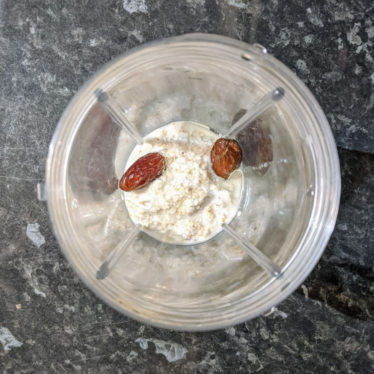 Oat pulp, olive oil and dates in a blender